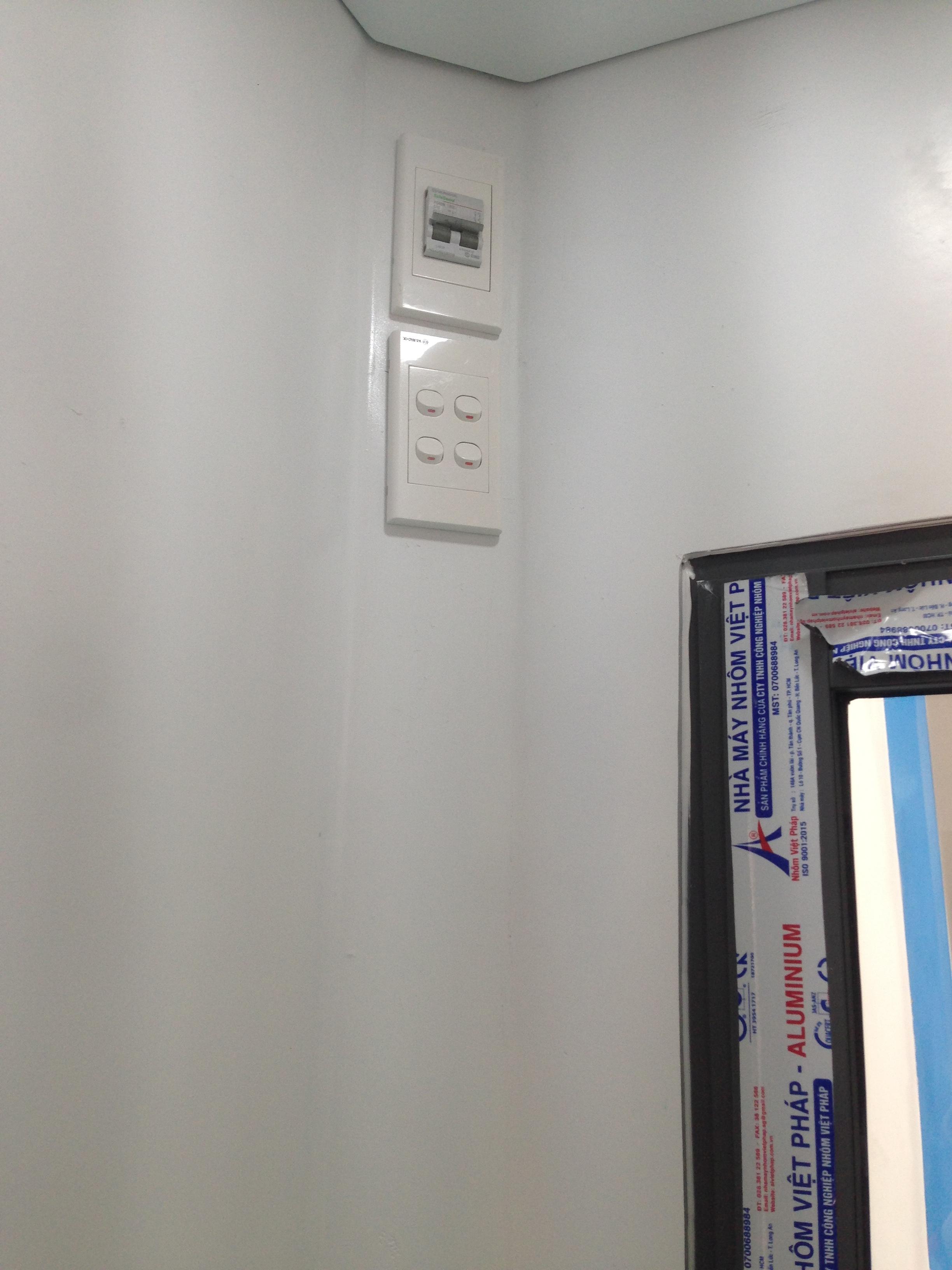 Hệ thống điện được bố trí âm tường có atomat tổng bảo vệ an toàn cho cả cabin bảo vệ