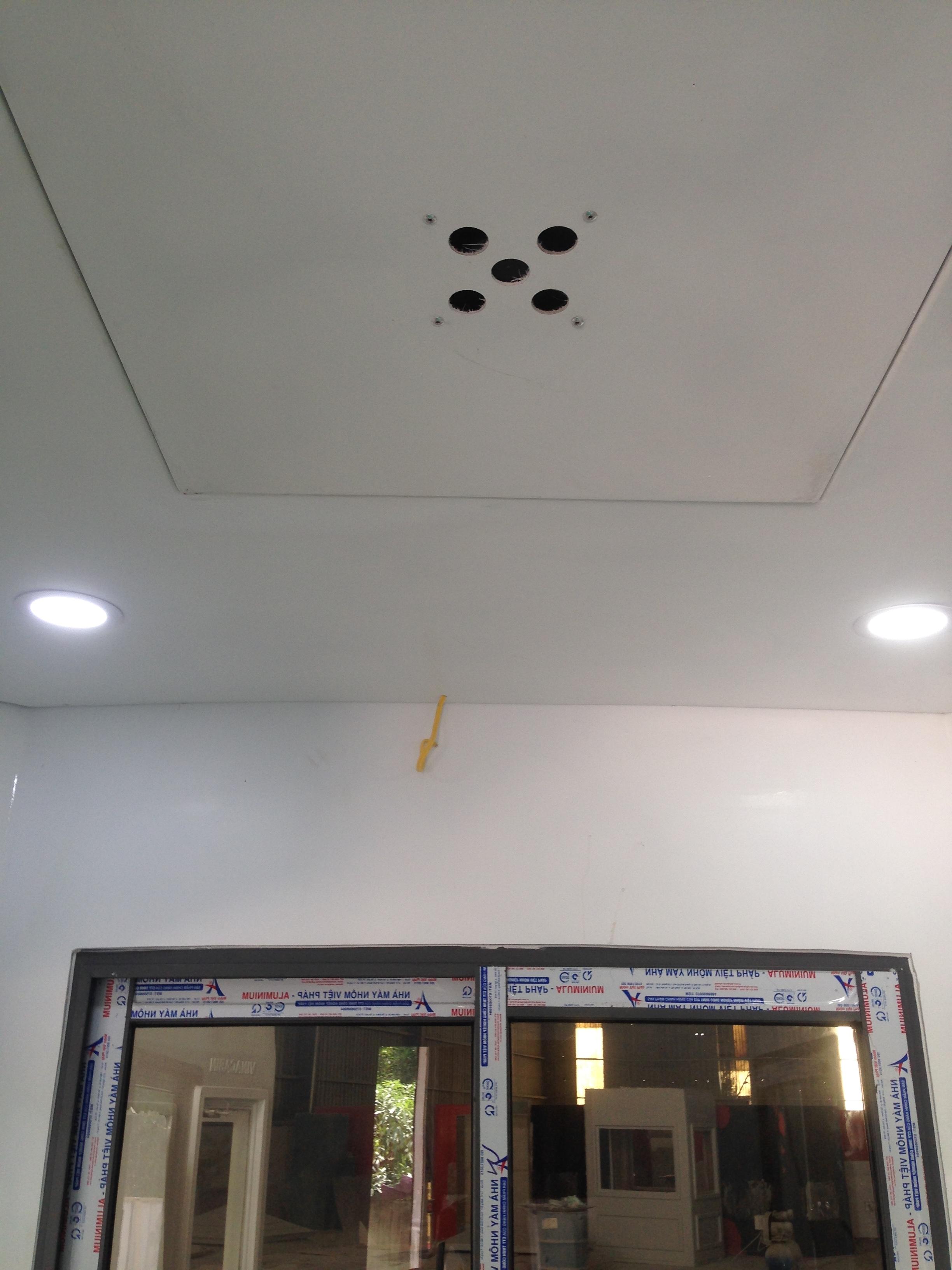 Bêb cạnh đèn ngoài thì hệ thống chiếu sáng bên trong cabin vẫn dùng 4 đèn dowlight