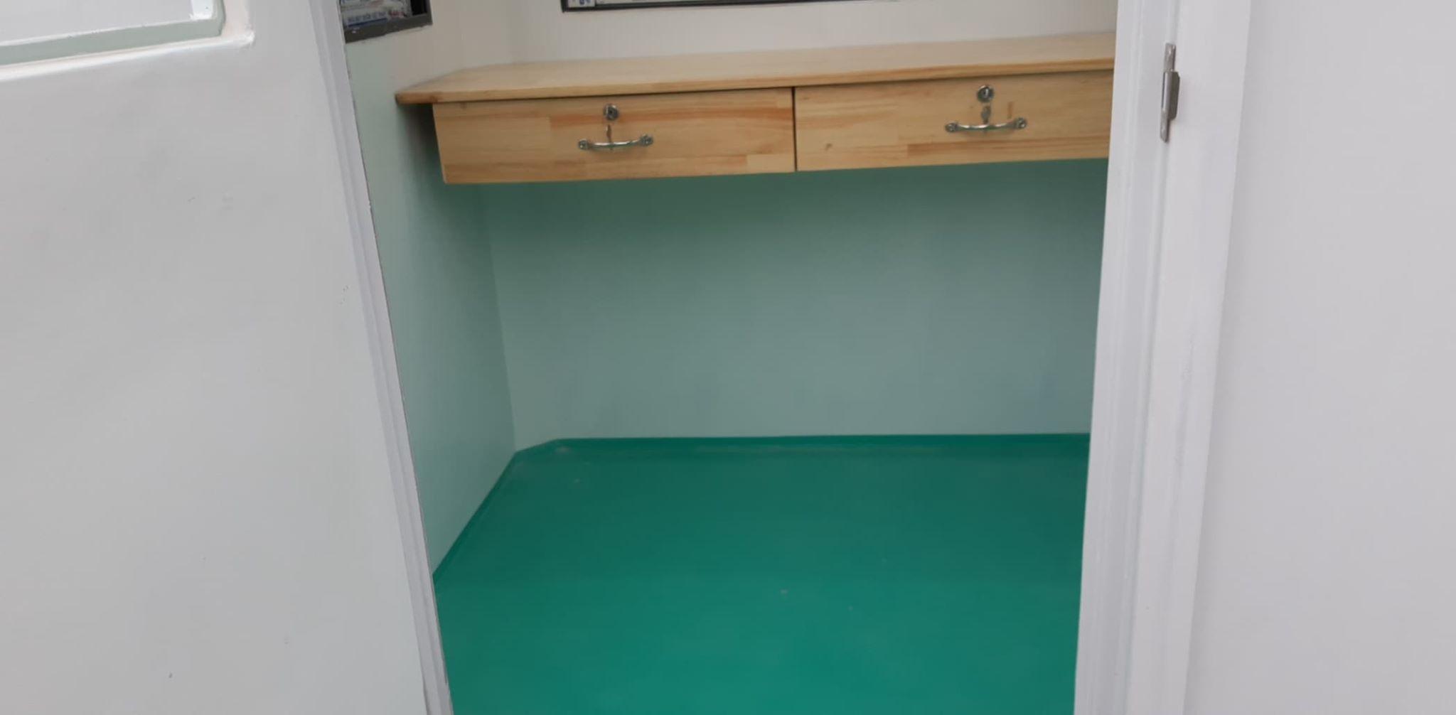 Ngoại trừ model 1.9x2.15 còn lại tất cả cabin bảo vệ cỡ nhỏ khác đều được trang bị bàn làm việc gắn tường bằng gỗ tự nhiên